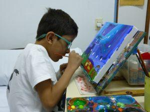 niño de 9 años pintando